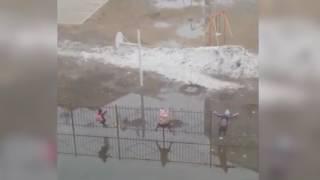 Омские школьники добираются до школы через огромную лужу