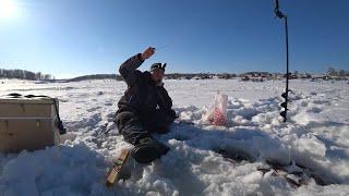 ОКУНЬ ПРЕТ В СЛОМ ПОГОДЫ но его ГОНЯЕТ ЩУКА Уловистая мормышка Зимняя рыбалка на окуня 2020