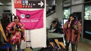 Уличные музыканты (индейцы) в метро. 42-я улица, Таймс Сквер, Манхэттен, Нью-Йорк.