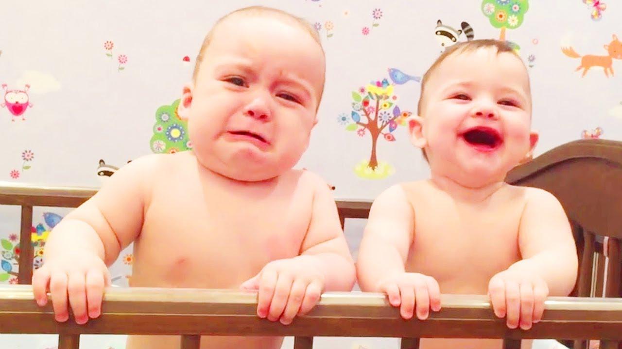 Bebês gêmeos fofos brigando por coisas - bebês gêmeos engraçados 2020