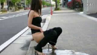 头条新闻 实拍女子高速公路当众小便 若无旁人 标清