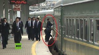 Los guardaespaldas limpian el tren de Kim a su llegada a la estación de Vladivostok
