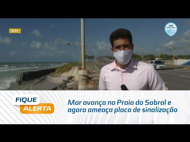 Mar avança na Praia do Sobral e agora ameaça placa de sinalização