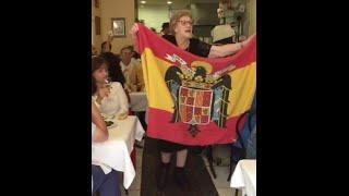 """La dueña del restaurante """"Casa Olga"""" canta el himno falangi..."""