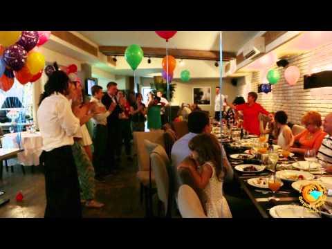Видео, Флешмоб в ресторане. Поздравление с днем рождения. Танец официанта