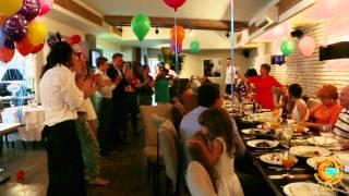 Флешмоб в ресторане. Поздравление с днем рождения. Танец официанта.(, 2015-08-17T21:17:51.000Z)
