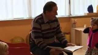 Wethouder Hans Tigges leest voor op Peuterspeelzaal Hummelhof Nibbixwoud