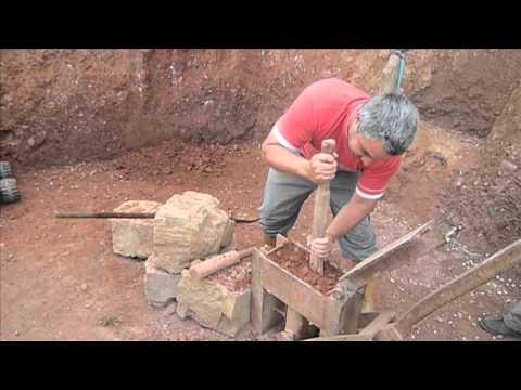 La fabricaci n del adobe youtube - Como se construye una casa ...