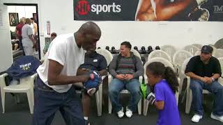 Video Roger Mayweather amazing padwork with  a little girl inside the Mayweather Boxing Club download MP3, 3GP, MP4, WEBM, AVI, FLV Juli 2018
