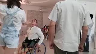 Инвалид без ног танцует на свадьбе. Разве не заслуживает класс!?
