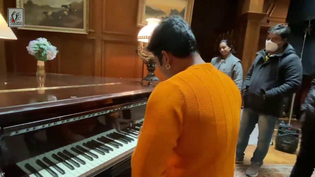 पवन सिंह ने गाया हिंदी सांग पियानो बजाते हुए लंदन में अपनी मधुर आवाज में