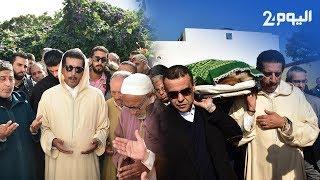 """في مشهد مؤثر..مدير """"البسيج"""" المغرب يحمل نعش والدته ويبكي فوق قبرها"""
