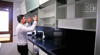 Cocina moderna nordica con encimera de silestone blanco for Muebles de cocina suarco