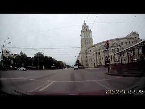 Маршруточник проехал на красный в Воронеже