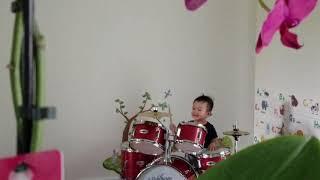 Bé chơi trống