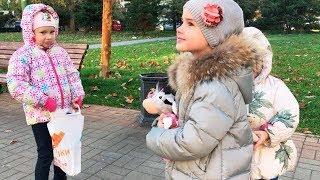 Алина Алиса и Юляшка играют на улице Подарки для Мими Лисса Новые куклы Glimmies
