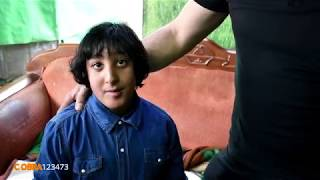 الطفل محمد ابو ظلام من مدينة عكا مع جمال العمواسي