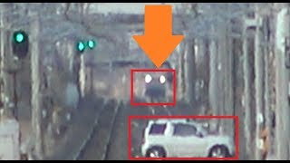列車が接近しているのに車が踏切内で立ち往生しているように見える長い一直線区間にある牛久駅~佐貫駅間の馬内踏切からの景色