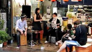 井上漬物店前で毎月一回行われるアコースティクライブでの、「moca」さんの演奏です。万華鏡という曲をアコースティックで演奏してもらいまし...