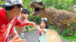 Boram brinca no parque infantil de dinossauros