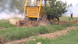 Бульдозер Т-170 в действии - видео с сайта http://proftraktor.ru/(Работа трактора Т-170 на учениях по тушению лесных пожаров. Как видите, бульдозер прекрасно справляется с..., 2014-02-04T13:54:59.000Z)