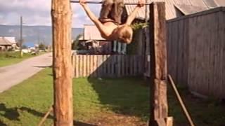 трюки на турнике для начинающих(9 летний мальчик освоил трюки на турнике в уральском селе Тюлюк. А затем сам смонтировал это видео. Прочитав..., 2013-09-03T17:06:48.000Z)