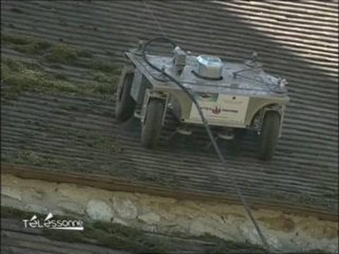 un robot nettoie le toit de l 39 glise de fontenay le vicom youtube. Black Bedroom Furniture Sets. Home Design Ideas