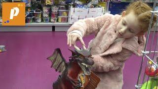 Поход в игрушечный магазин Toys rUs выбираем детские игрушки - дракон, куклы и т.д. dragons