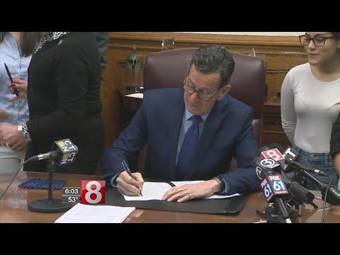 Gov. Malloy signs financial aid legistlation for undocumented students