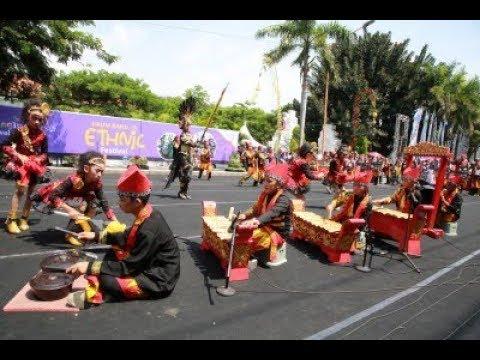Meriahnya Festival Drum Band Etnik Banyuwangi 2018,dikolaborasikan dng alat musik tradisional
