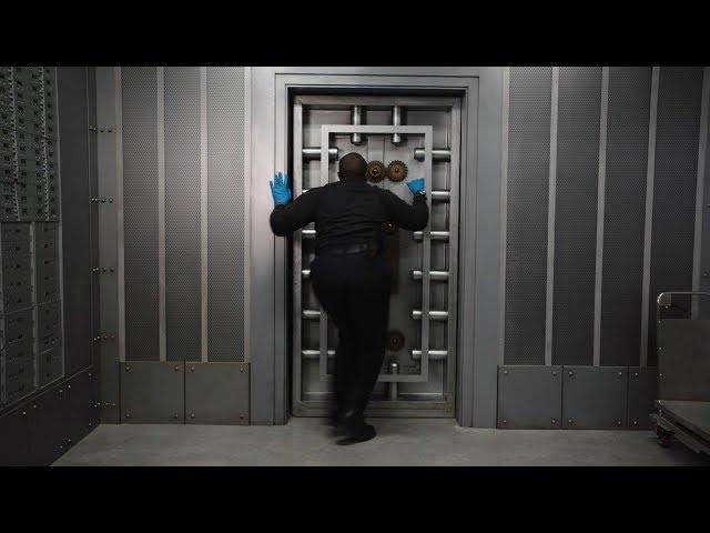 【911】消防员进金库救人,却被锁在里边,这下完蛋了……《紧急呼救S2-15》