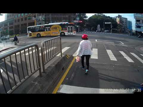 11 07 明明有人行道 就是有人偏偏要走馬路