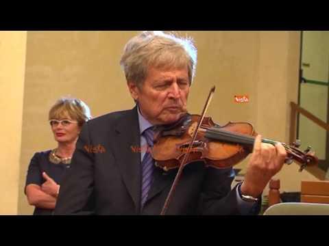 Uto Ughi incanta la platea suonando un violino Stradivari