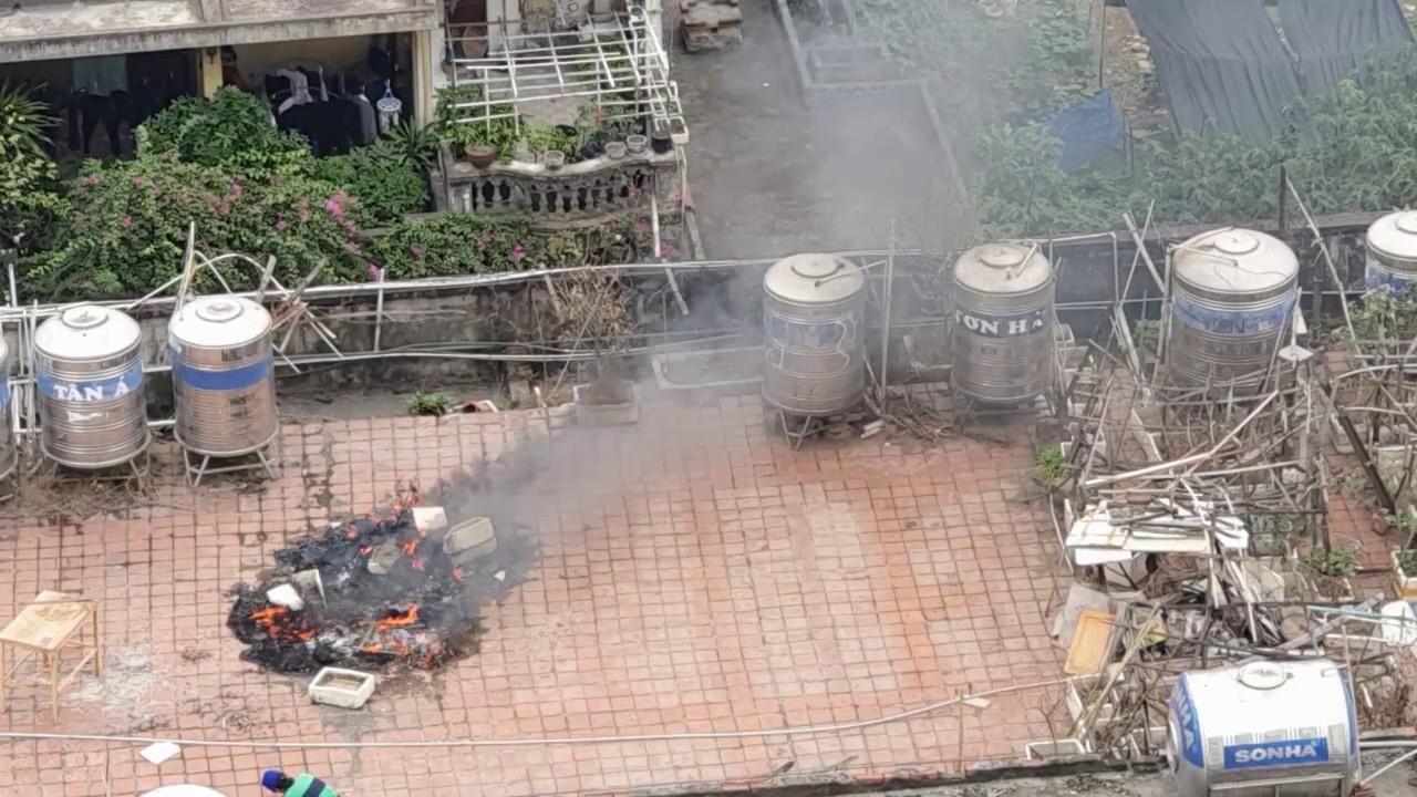 Người phụ nữ đốt rác trên nóc chung cư giữa thủ đô gây hậu họa lớn