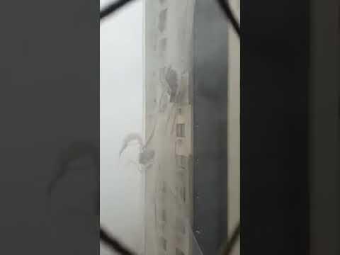 Andaime com dois trabalhadores fica 'por um fio' com força de ciclone em Balneário Camboriú (SC)