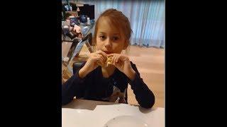 Виктория Боня печет  дочке блинчики на завтрак ))