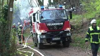 Gartenlauben und mehrere hundert Quadratmeter Wald brennen