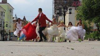 Невесты мчатся за женихом