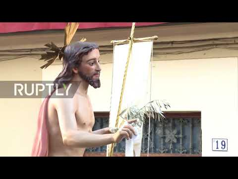 Spain: Jesus and the Virgin Mary race for Easter in beautiful spectacle