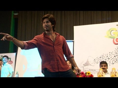 Shahid Kapoor's Live Performance On Tu Mere Agal Bagal Hai | CHECK OUT