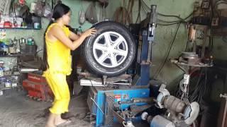 Chị gái trẻ vá vỏ thay lốp xê ô tô chuyên nghiệp