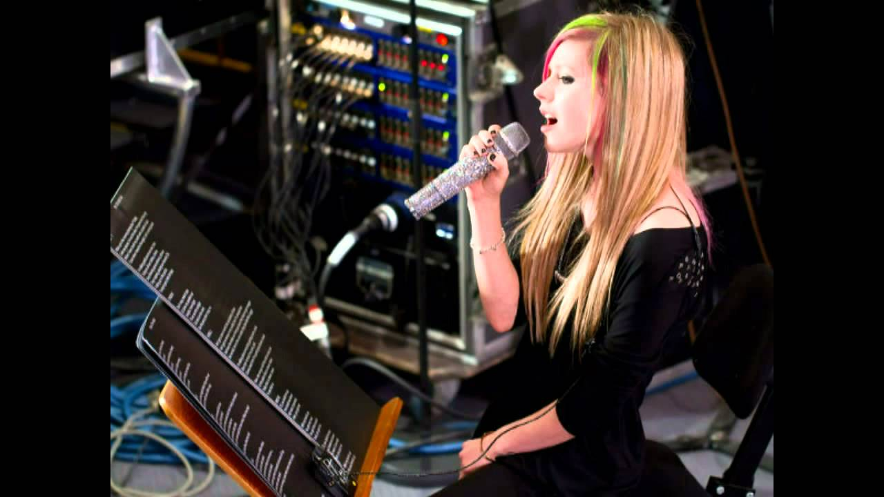 Avril Lavigne sings 'Tik Tok' by Ke$ha - YouTube