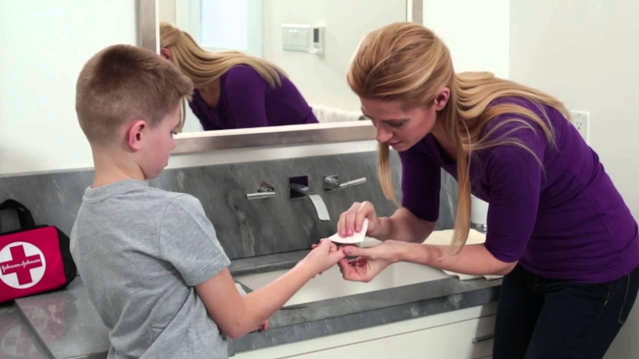 How to treat a deep splinter under the fingernail