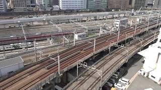 多数の線路が集まる田町駅~品川駅間の田町車両センターと山手線建設工事現場の景色