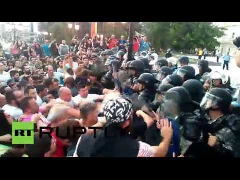 Macedonia: Spontaneous protesters clash with police outside parliament