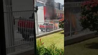 Carro pega fogo no centro de Jaraguá