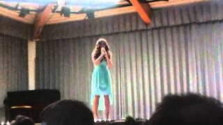 Denia singt one moment in Time auf der Abschlussfeier der Realschule Plus in Hahnstätten