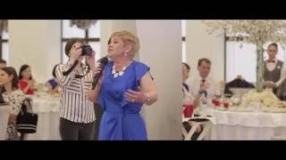 Мама поет песню на свадьбе дочери
