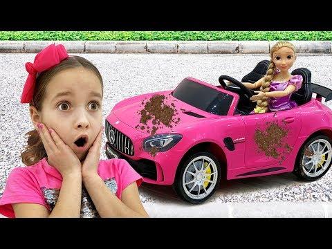 София играет в мойку машин для детей, Sofia Playing Car Wash With Cleaning Toys