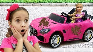 София играет в мойку машин, Sofia playing Car Wash with Cleaning Toys